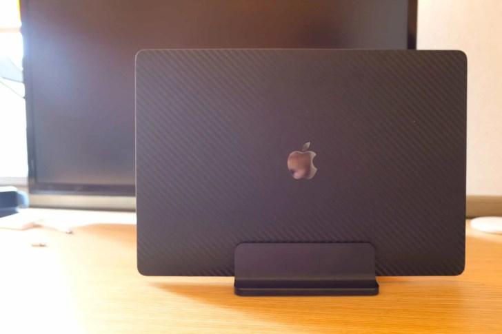 デスクを広く使うために、MacBookの縦置きスタンドを購入しました