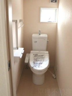 トイレには窓、手摺付き