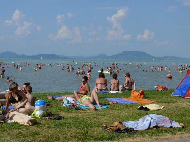 Balatonmáriafürdőn megtelt a szabadstrand hétvégén, sokan élvezték a Balaton 23-24 fokos vizét.