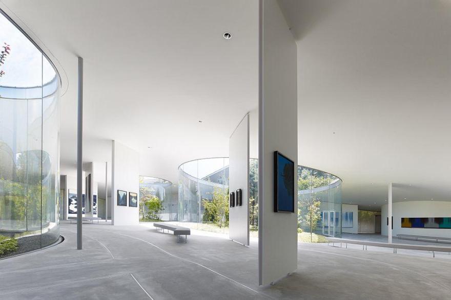 軽井沢千住博美術館の内部