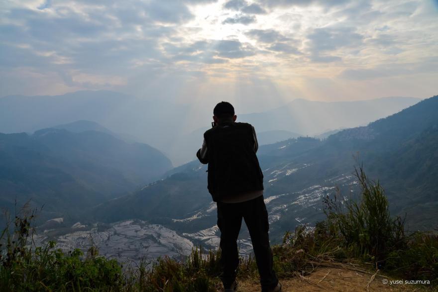 元陽の棚田の夕陽を撮影する中国人