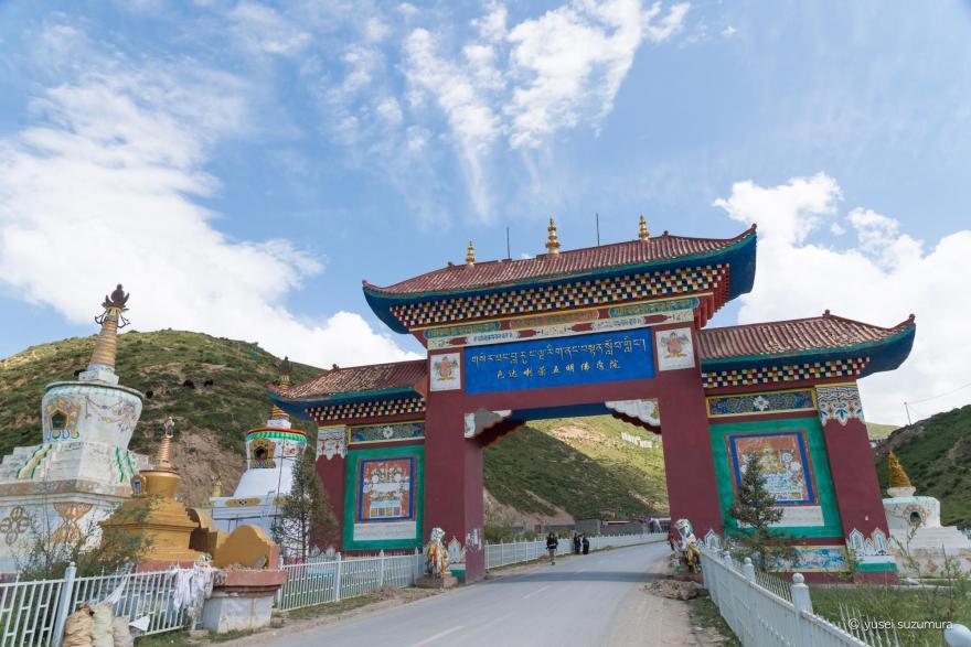 ラルンガルゴンパ 麓の門