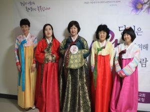 チマチョゴリを着る韓国語学院の生徒たち