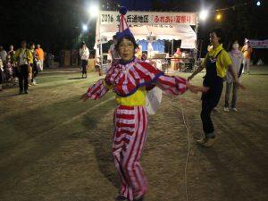 仮装して盆踊りを踊る女性