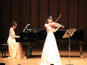 伊藤麻紀子さんのピアノ、廣瀬綾さんのヴァイオリンでタンゴの名曲を演奏