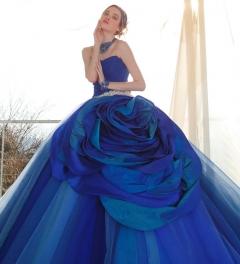 華麗に咲くバラをイメージした鮮やかなネイビーのカラードレス
