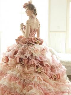 フリルが印象的なゴージャスなピンクのドレス