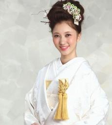 三大刺繍の一つとされるスワトウ刺繍を純白の衣裳にさり気なく施した、贅沢な逸品
