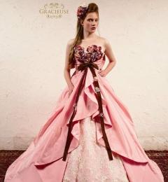 胸もとの花とリボンがかわいいピンクベースの上品なドレス