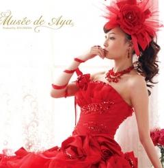 印象的な真赤なドレス!立体的なバラとリボンが可愛いさいっぱいの、誰をも魅了するドレス