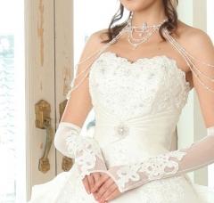 胸元や裾のレースが特徴のドレス