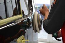 洗車が終わると、鉄粉除去などを行い、ボディを曇りなく研磨していきます。