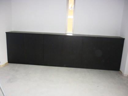 ホワイトの壁一面を使ったカウンター収納。白と黒のコントラストが見事に調和し造りつけのように馴染んでいます。