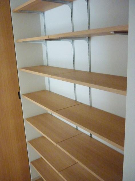 お部屋の壁面を利用した可動式のシェルフです。左右の高さを自由に高さ調節することができます。
