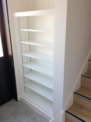 階段左の無駄なスペースに埋め込み型の隙間収納を製作しました。全て可動式になっていますので収納物に合わせてお好きな高さに調整できます。