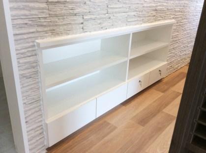 お部屋の一角に埋め込み型の壁面収納を製作しました。普通の収納と違い埋め込むことで無駄ないおすすめの収納棚です。