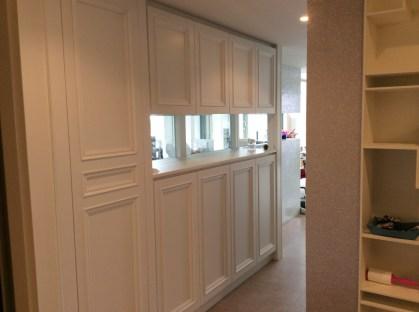 デザイン性を重視した白の大容量収納棚です。