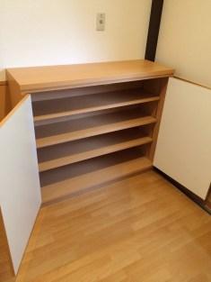 収納内部は3枚の棚板を設置。全段可動式になっているので細かい調整が可能です。