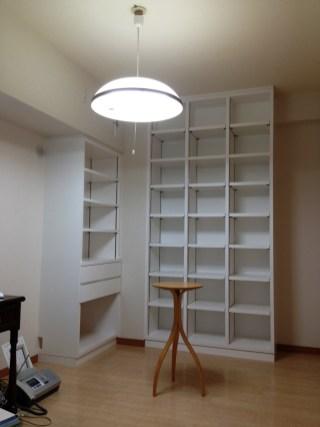 まるで元々一体型だったかのように馴染んでいるホワイトの壁面収納本棚。お部屋の高さ一杯にあわせた収納棚を製作しました。