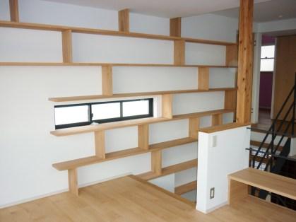 壁面一体型のシェルフを製作しました。普段なにげない壁も考え方1つで様変わりします。