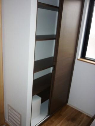 収納内部は4段の棚板を設置。可動式になっている為自由な収納棚を作ることが可能です。