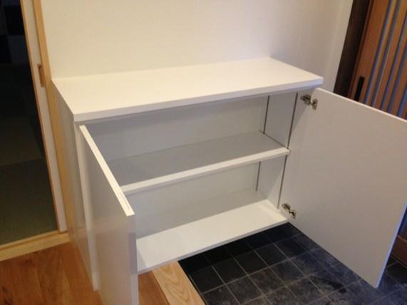 内部にはサイズに合わせて高さ調整ができる可動式の棚を設置しています。
