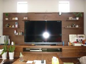 天然木を贅沢に使った壁面収納テレビ台です。壁面の棚は可動式で様々な場所へ移動することが可能です。臨場感、高級感のある仕上がりを目指しました。