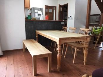 天然木無垢材を贅沢に使ったダイニングテーブル