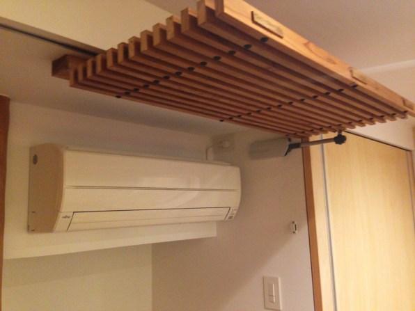 エアコンを使う場合は上部にあげることで使用できる設計になっております。