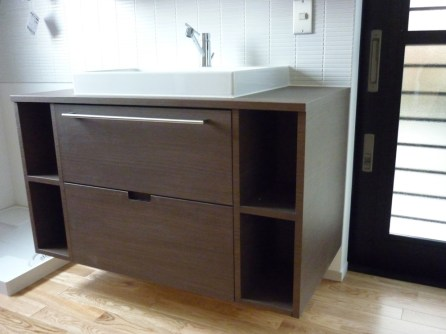 木目柄の素材を使用した洗面収納です。デザイン性と利便性を重視したこだわりの作りとなっています。