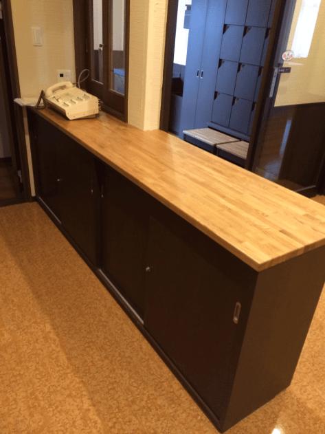 下段は収納物が取り出しやすいようにスライド式の扉を採用。