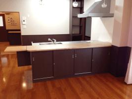 無垢の天板とブラックの素材がマッチしたおしゃれなシステムキッチン。