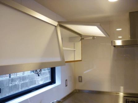 扉内部は広々とした収納スペースが2つ。中に可動式の棚板を設置し、実用性のある仕上がりをめざしました。