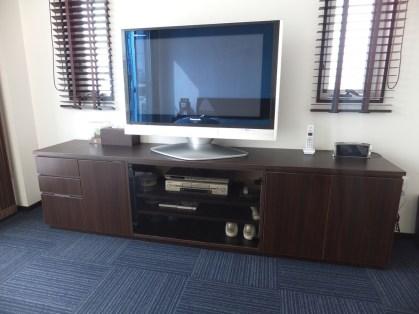 収納量を確保しつつもちょっとお洒落に。シンプルでモダンなテレビ台です。