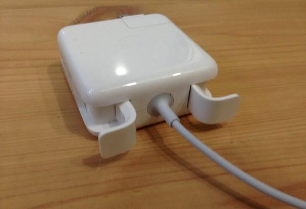 [凹] MacBookの電源コード、まだこのツメに巻きつけて消耗してるの?