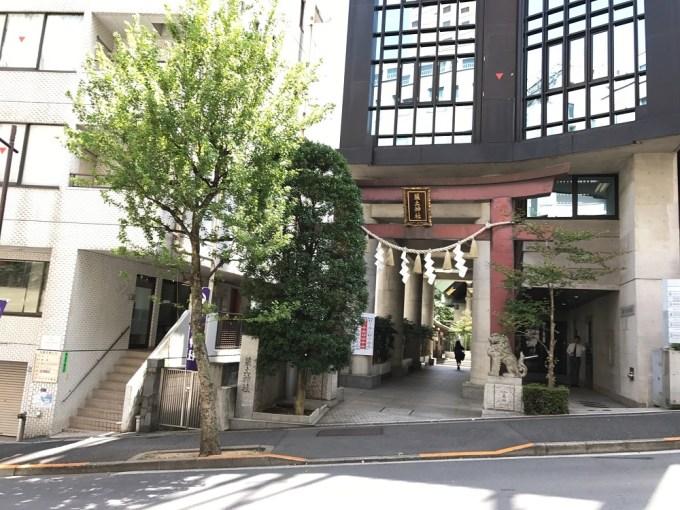 筑土神社入り口
