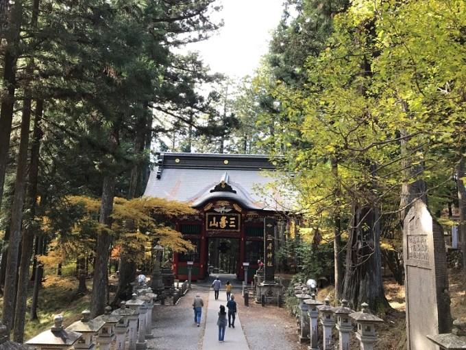 三峯神社随身門境内