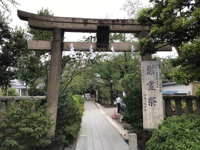 鳩森八幡神社正面鳥居入り口