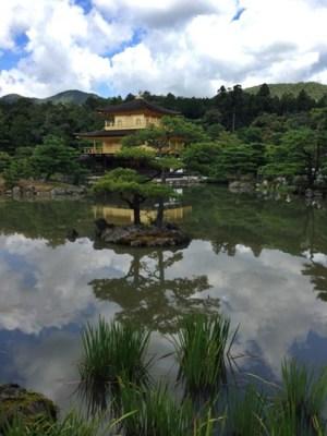 池に浮かぶ「金閣」