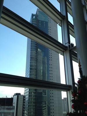 ミッドランドスクエアに映るJRセントラルタワーズ