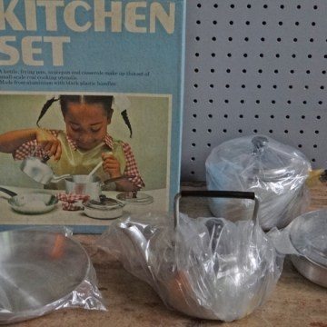Toy kitchen pan set