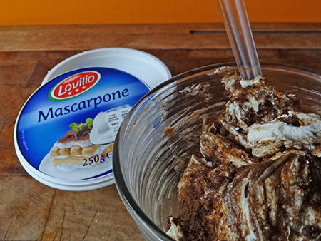 Making coffee mascarpone icing