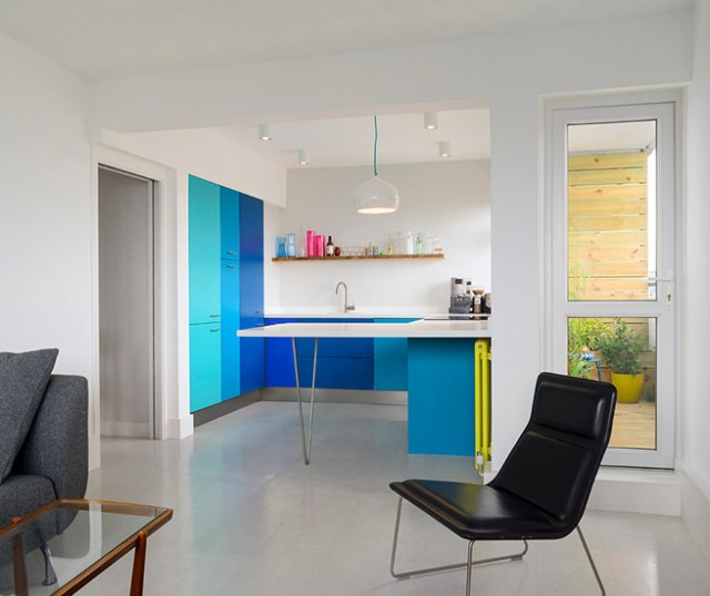 Kitchen cabinets in different shades of blue