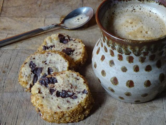 Home-made salted butter chocolate chunk shortbread with coffee | H is for Home #recipe #shortbread #cookies #baking