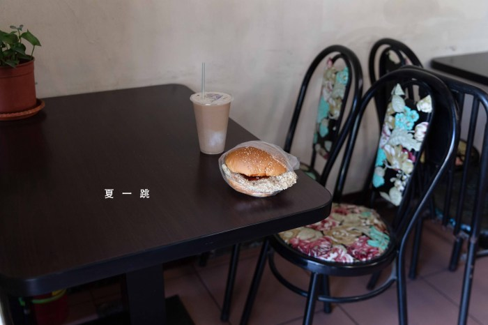 新竹美食|夏一跳 在地人最愛超大雞排漢堡,來杯大冰奶的滋味。