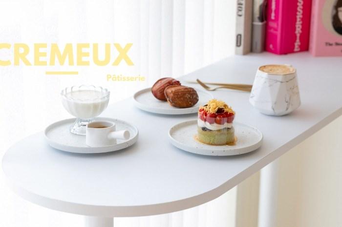 新竹美食 葵沐 Cremeux 法式手工甜點 在糕點櫃裡,屬於藍帶甜點師的藝術品。