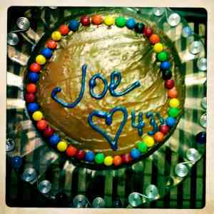 Pastel de cumpleaños de dulce de leche y M&M´s