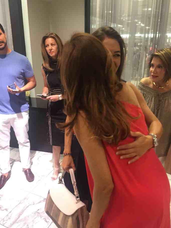 Eva Mendes y Adriana Castro se saludan