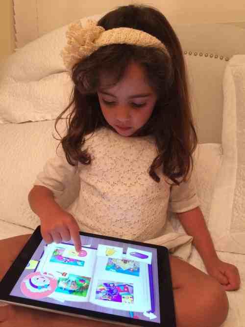 Niña juega con app en tablet