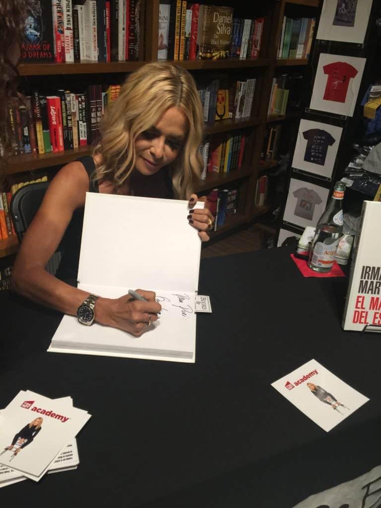 Irma Martínez firmando libros